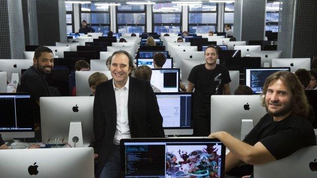 法國科技大亨尼爾(中坐者)為42提供財務後盾。