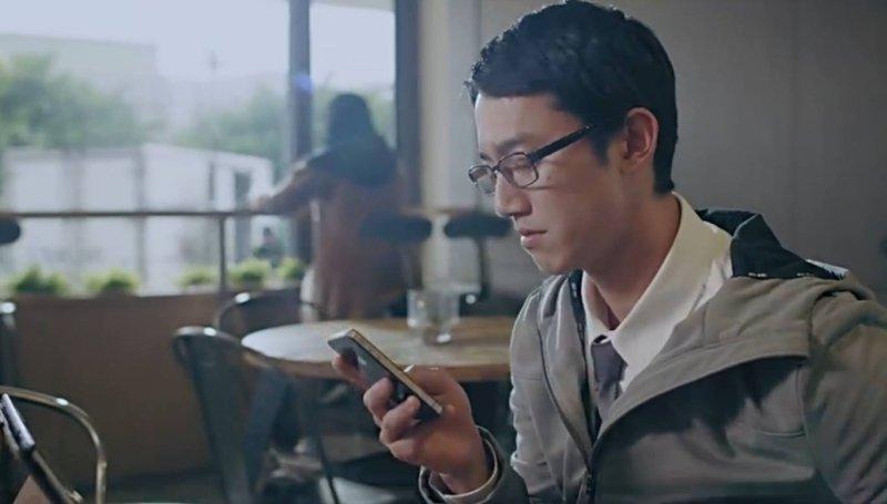 吳慷仁在《浮士德遊戲》中飾演理財專員,因接觸到一個名為「CODE」的App,引發一連串詭異的事件。(圖/愛奇藝提供)