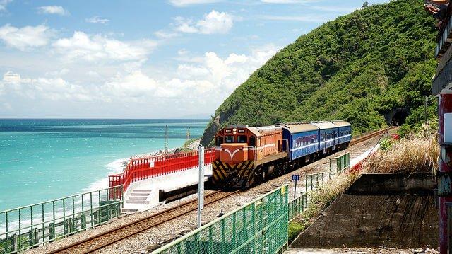 停靠在多良站的列車。(圖/JianEn Yu@Flickr,hotelscombined提供)