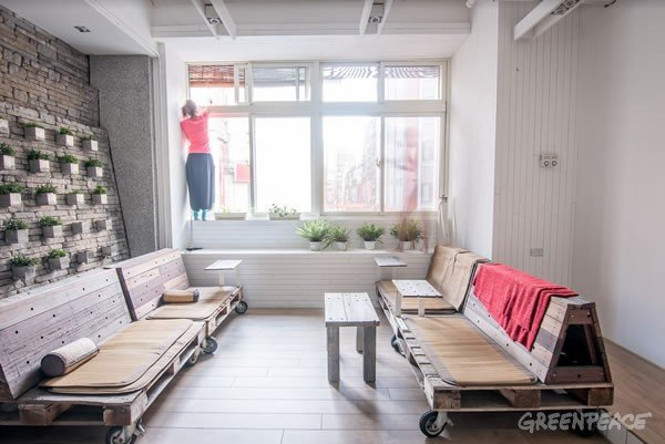 玻璃窗外加裝竹簾遮光節省電費。(圖/綠色和平提供)
