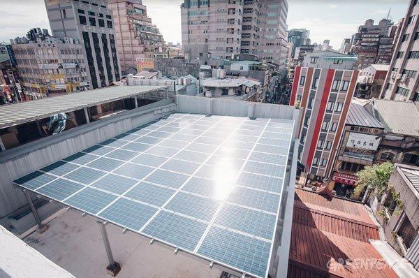 屋頂裝設太陽能發電板。(圖/綠色和平提供)
