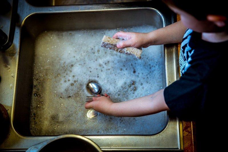 料理完,讓孩子自己洗碗也是很好的體驗。(圖/Pixabay)