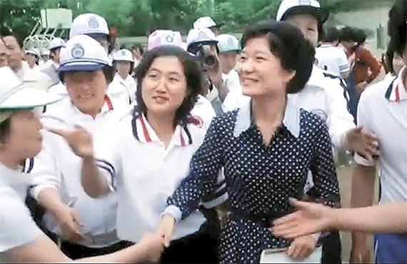 崔順實(中)與朴槿惠(右),攝於1979(擷取JTBC畫面)
