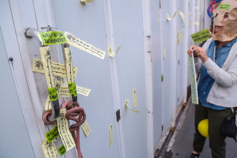 20161030-多個民間團體30日舉行「不拆巨蛋就完蛋-2016萬聖節抓鬼大遊行」,並將寫有「拆蛋抓鬼,還我綠地」的標語符令貼於大巨蛋工地外牆上。(顏麟宇攝)