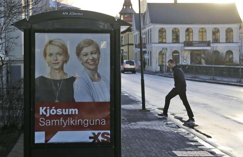 冰島29日舉行國會大選,結果女性候選人斬獲將近國會席次半數的30席。圖為冰島首都雷克雅維克街頭的競選廣告。(美聯社)