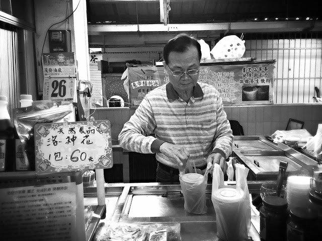 賣楊桃冰的老闆是玩FB的老手。(圖/魚夫提供)
