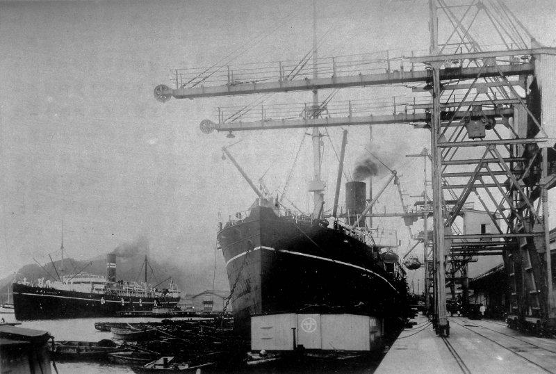和鐵達尼同時期,停泊基隆港的輪船備後丸、笠戶丸,只有一個大煙囪,而鐵達尼號有四個。(圖/麥田出版提供)