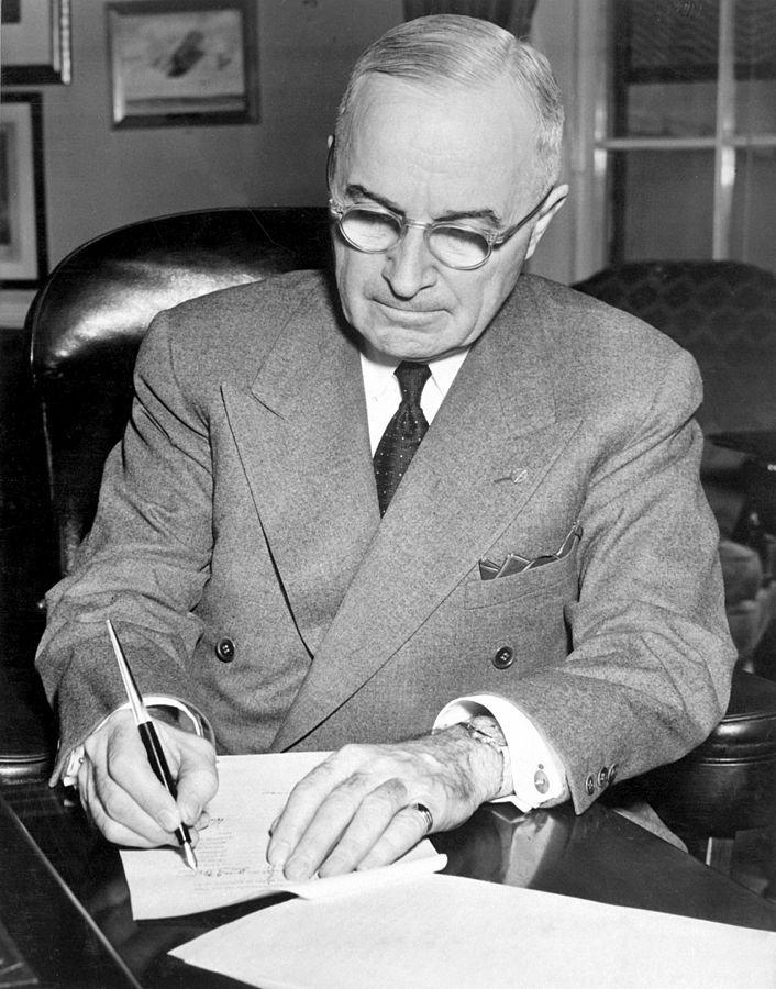 杜魯門總統簽署下令美軍加入韓戰的文件。(Wikipedia/Public Domain)