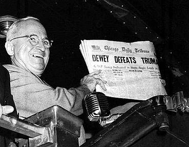 杜魯門拿著《芝加哥論壇報》首頁開心合影的照片(AP)