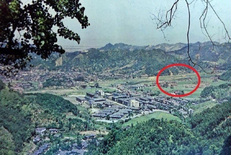 政治大學從民國16年創校以來,在戰亂中曾多次遷址、改名,但直到民國43年在台復校,是第一所在台復校的大學。此圖為民國56年政大校園鳥瞰圖,紅圈處為當時教職員的宿舍:化南新村。