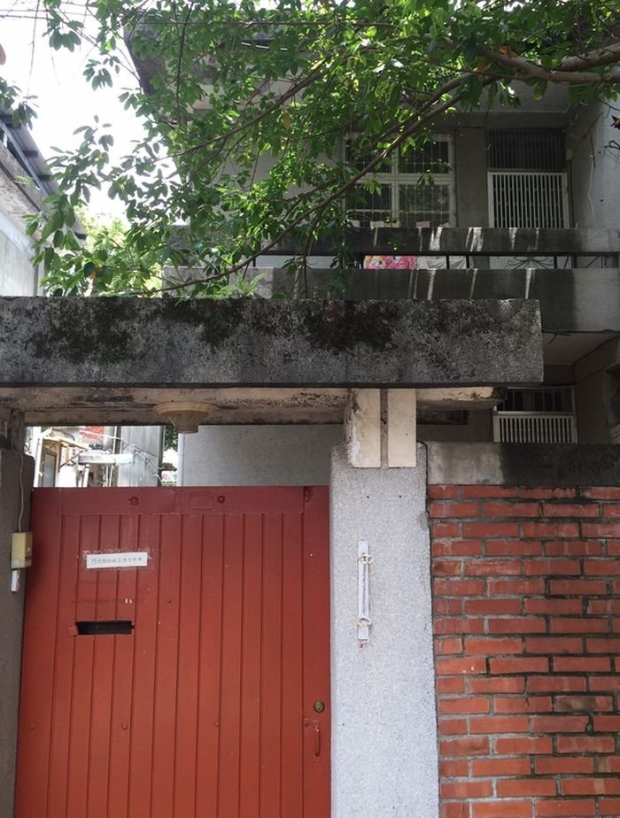 化南新村初建於民國50年代,方盒子似的紅磚建築是現代主義風格的建築樣式,但在雨披接榫裝飾處仍可看到水泥仿木作的痕跡,顯現當時大中國氛圍。