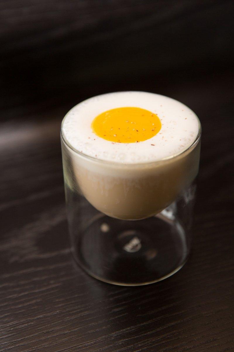 HUMPTY DUMPTY,這款看似甜點的調酒,視覺上的荷包蛋一上桌就讓人會心一笑。(圖/台北萬豪酒店提供)