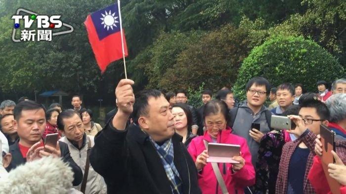 國民黨主席洪秀柱到南京中山陵謁陵,一名叫「史庭福」的男子手持中華民國國旗,高喊「中華民國萬歲」、「三民主義萬歲」、「三民主義統一中國」,不久後就被便衣公安帶走。(取自TVBS新聞)