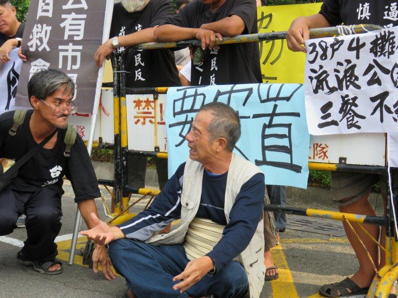 20161031-吳富雄31日虛弱癱坐在地控訴。反迫遷。(楊伯祿攝)
