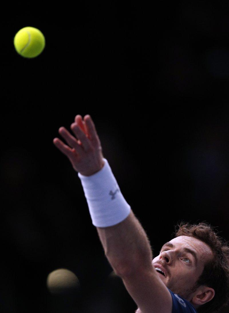 英國網球名將莫瑞在巴黎名人賽準決賽中,對手因傷退賽,不戰而勝,成為新科世界球王。(美聯社)