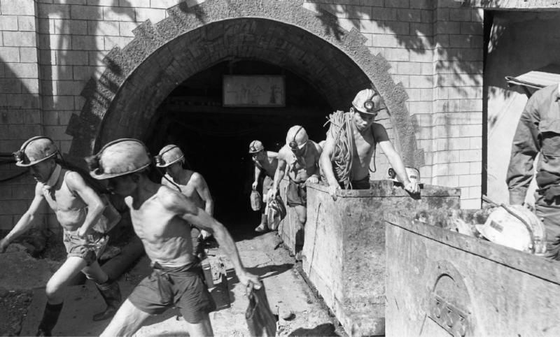 結束辛勞的挖煤工作後,礦工隨著運煤車,由黑暗的地底回到地面。運煤礦 車站立者,為礦工蕭武夫(蔡明德攝,南方家園提供)