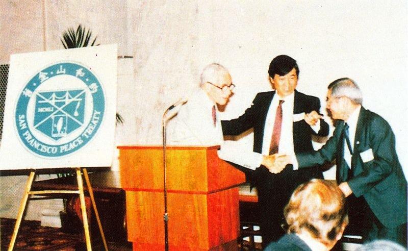 由FAPA主辦「舊金山和約四十週年紀念會」,美國參議員佩爾(Ciaiborne Pell)應邀演講。(右一為當時FAPA會長王桂榮。/前衛出版社提供)