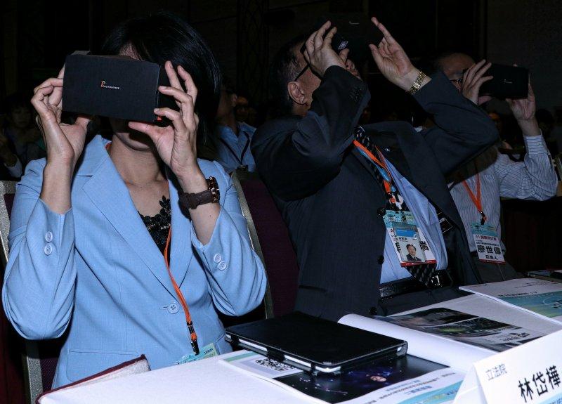 2016-11-07-數位經濟-引爆台灣產業新經濟-眺望2017產業發展趨勢─開幕研討會-與會來賓體驗VR-蘇仲泓攝