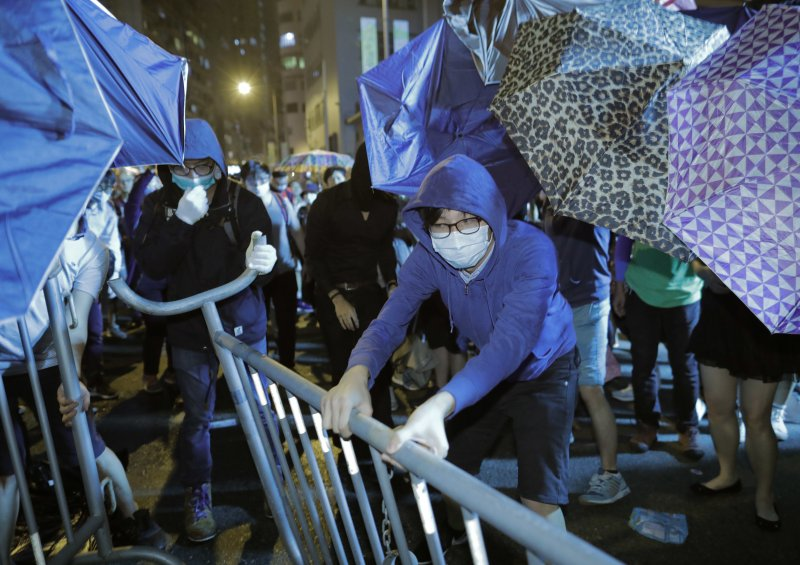 香港本土派民眾6日走上街頭「反釋法」,抗議北京當局試圖藉由人大釋法,封殺具「港獨」色彩的立法會議員。(AP)