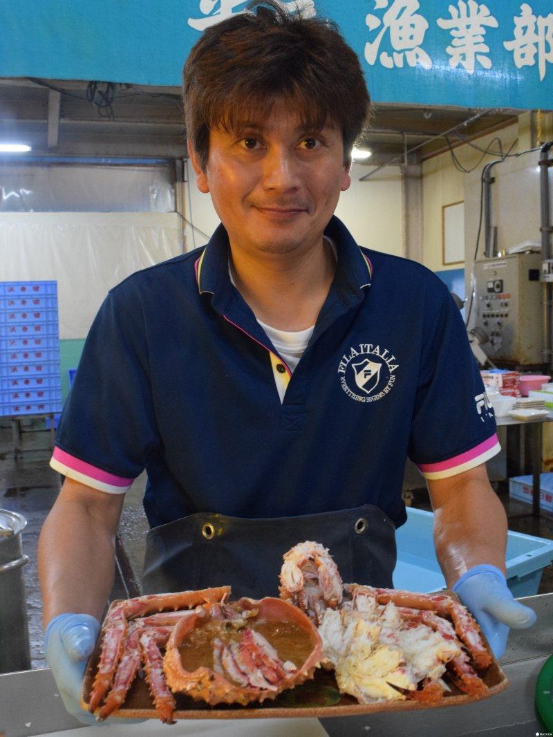 新鮮當天現抓的鱈場蟹,滿滿的份量快超出托盤。¥3,240/隻(圖/MATCHA提供)