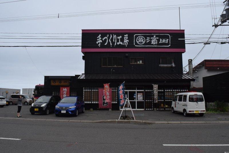 在濱田商店可以戴上全副武裝,學習如何取出海膽。(圖/MATCHA提供)