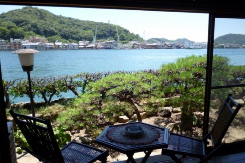 一邊看著美麗的海景一邊享受著悠閒的時光。(圖/ZEKKEI Japan提供)