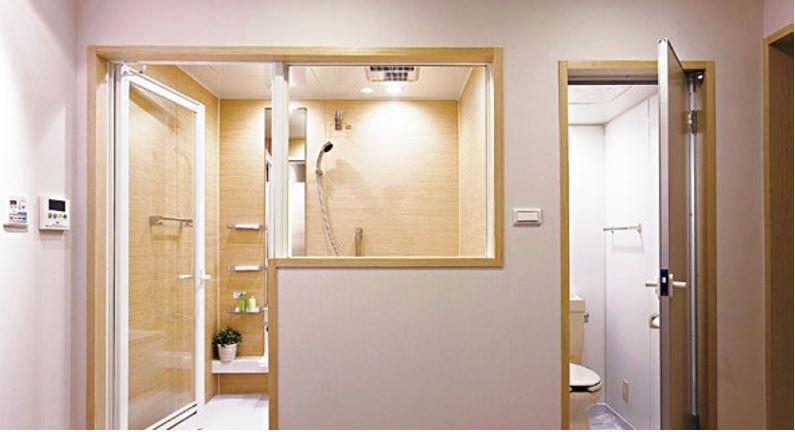 將乾濕領域一分為二,同時也將使用權各自獨立,是系統衛浴的特色,在淋浴空間使用四合一設備,集乾燥、暖風、冷房、換氣功能,是呵護人體恆溫、促進空氣交流的科技利器。如廁空間則安排換氣機,協助快速抽離異味。(圖/風和出版提供)