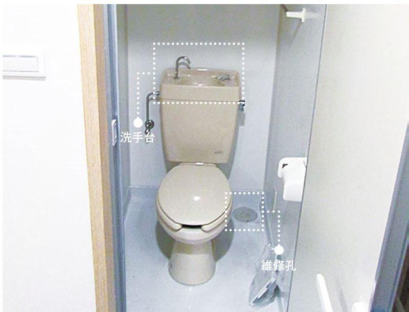 安裝完成的如廁空間,水箱上方的洗手台是如廁完後初次洗手的設備,使用完的水流入水箱再利用,涓滴發揮到最大效能。(圖/風和出版提供)