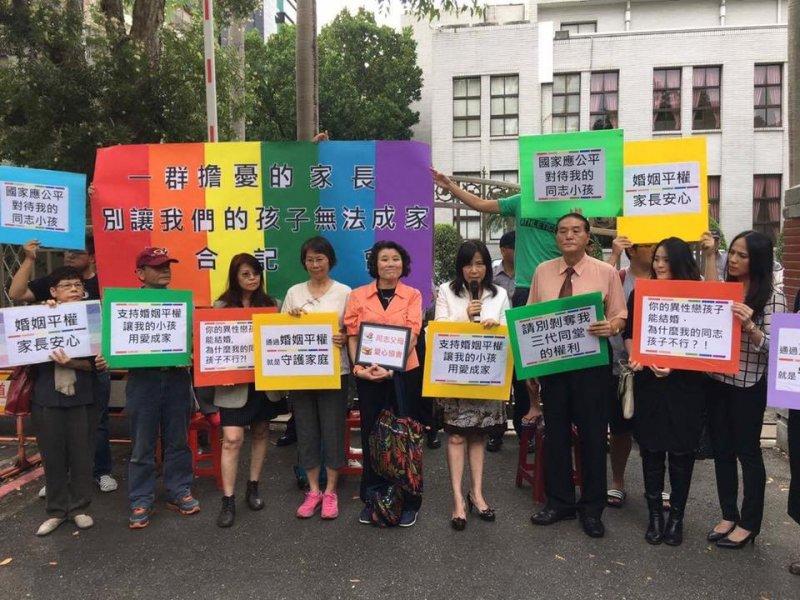 台灣同志諮詢熱線協會7日與同志父母於立法院前爭取「人人都享有平等成家」的權力(取自台灣同志諮詢熱線臉書粉絲團)