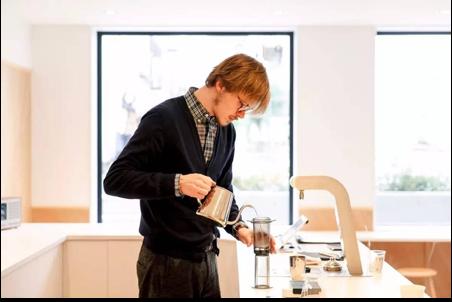 外國人在日本煮咖啡給你喝。(圖/klook客路)