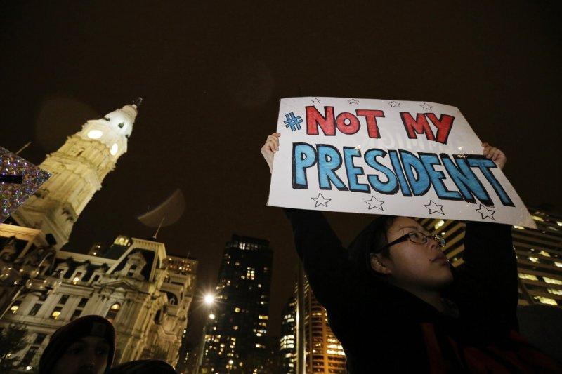 川普當選美國總統,全美各大城市爆發抗議人潮。(美聯社)