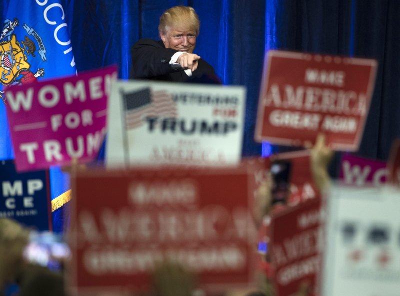 川普在競選期間接受支持者的歡呼。(美聯社)