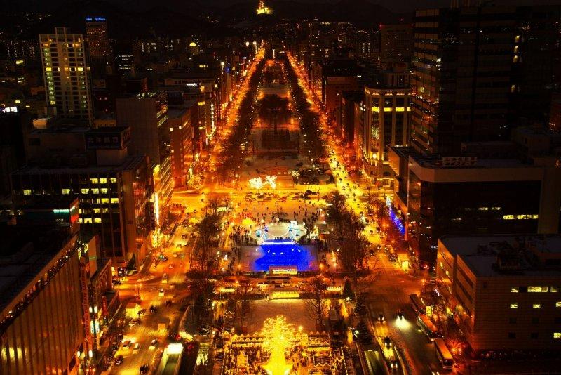 這是登上札幌電視塔展望台從高處往下拍的大通會場景觀一覽, 整個大通公園周邊金光閃閃, 猶如星光大道般絢爛。(圖/MATCHA提供)