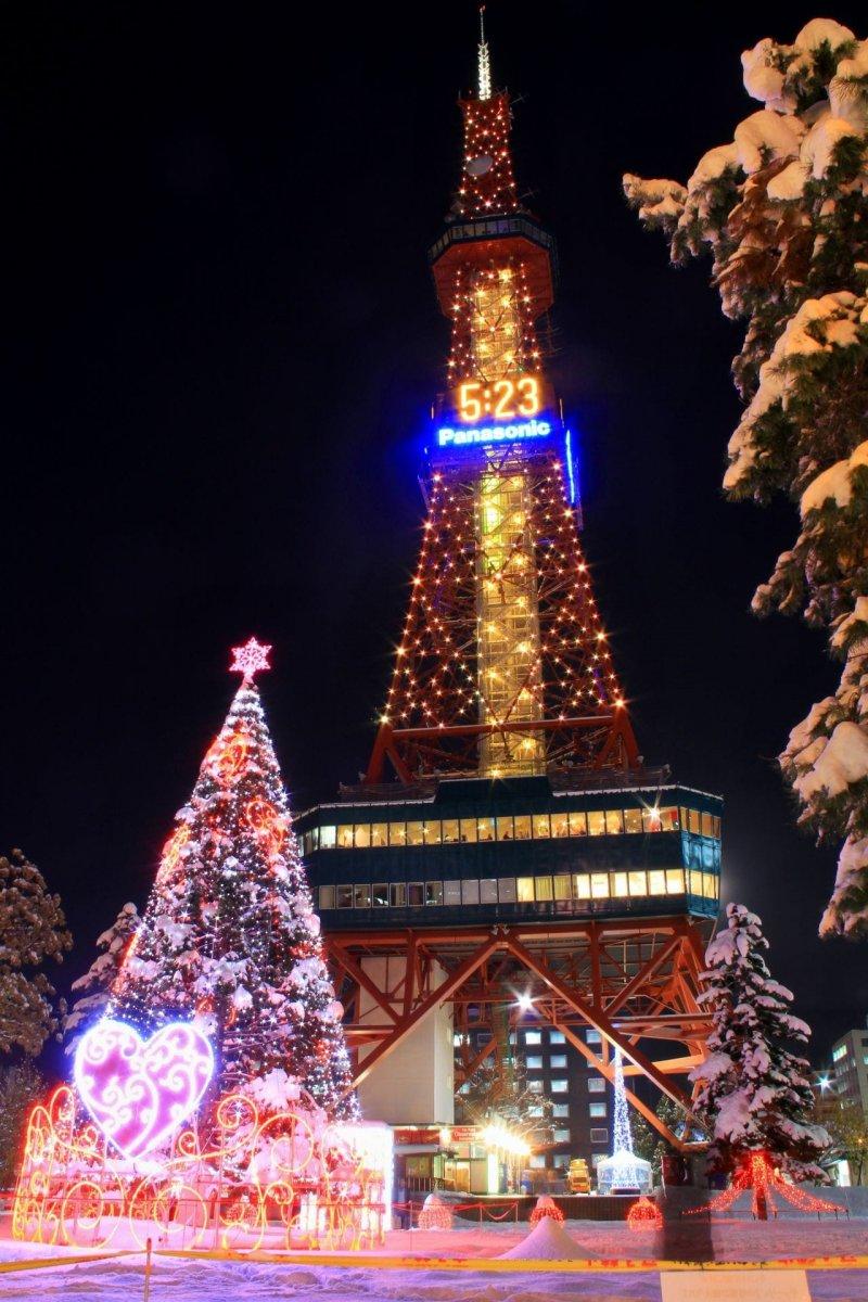 以燈飾裝飾成的「LOVE Tree」, 是由赤蝦夷松樹以鐵架包圍在外面, 再以幾千顆的小燈泡環繞裝飾, 加上一顆大愛心是不是很可愛呢?(圖/MATCHA提供)
