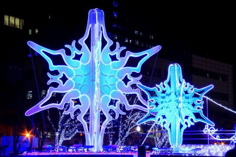 這個對稱的圖形其實是雪花結晶的原型, 不同的雪花結晶形狀也都不盡相同, 除了藍色雪花燈飾外還有夢幻的粉紅色雪花燈飾喔。(圖/MATCHA提供)