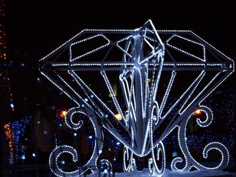 立體的鑽石燈飾, 這麼大顆的鑽石雖然不能帶走但歡迎大家來合照唷。(圖/MATCHA提供)