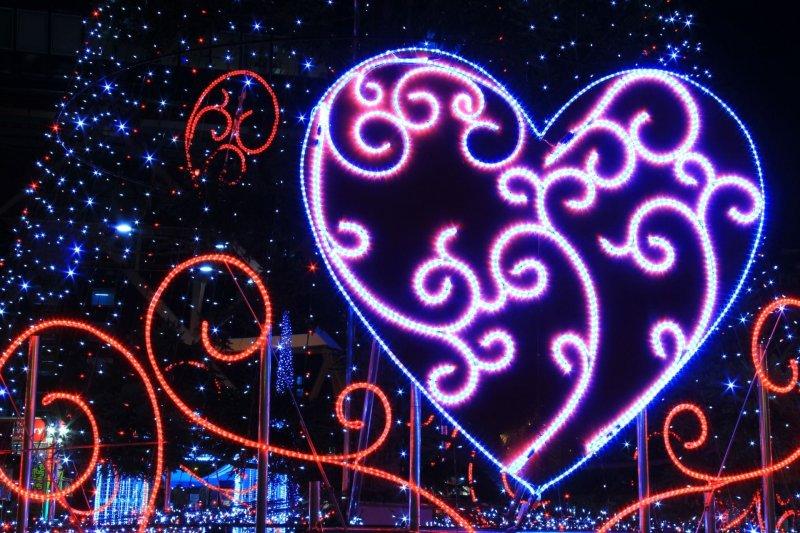愛心燈飾, 想告白或求婚的話可選在愛心燈飾前, 絕佳好地點浪漫百分百。(圖/MATCHA提供)