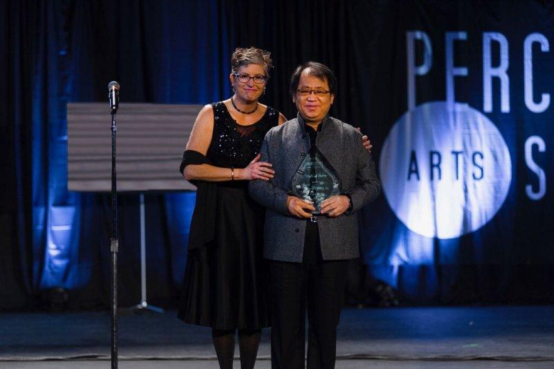 國際打擊樂藝術協會(PAS)現任會長茱麗.希爾(Julie Hill)頒發象徵打擊樂最高榮譽的名人堂獎座(Hall of Fame)給朱宗慶(圖左)。(擊樂文教基金會提拱)
