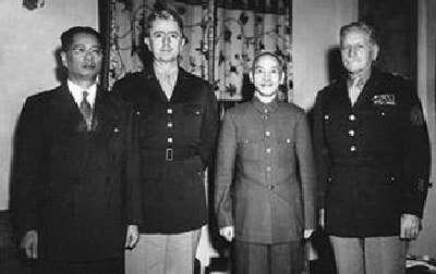 蔣介石(右二)與魏德邁(左二)、馬歇爾(右一)和宋子文(左一)合影。(取自世界新聞網).jpg