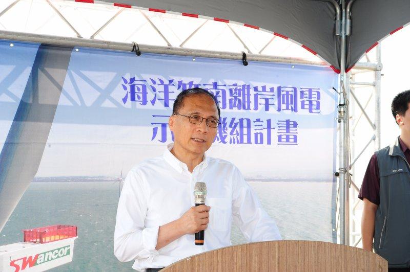 行政院長林全今(12)日前往苗栗竹南龍鳳漁港視察離岸風機,並且表示期盼台灣利用天然優勢成為全球風力發電的示範市場。(取自行政院官方網站)