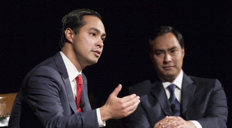 墨西哥裔的卡斯楚(左)是民主黨的後起之秀。右為其雙胞胎哥哥、眾議員華欽卡斯楚。(圖/維基百科公有領域)