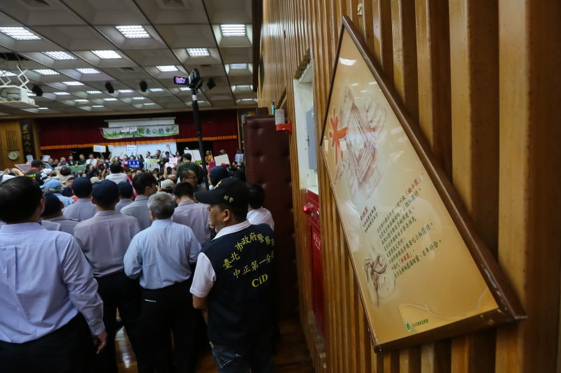 20161113-農糧署13日舉行日本食品輸台公聽會,支持與反對的民眾於開會現場大打出手,連牆上的宣導圖都撞歪了。(顏麟宇攝)