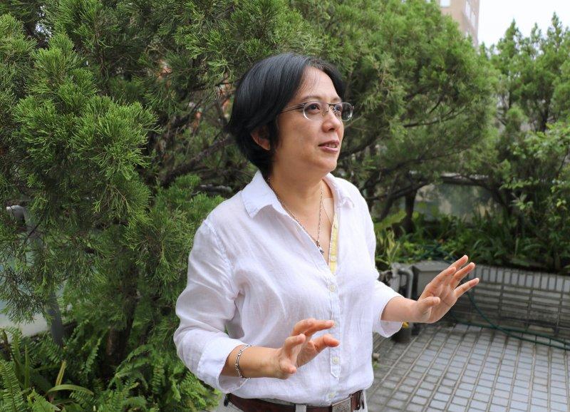 陽台充滿綠意的空間,周筱俐表示是公司夥伴交流創意的聖地。(圖/陳鈞煥攝)