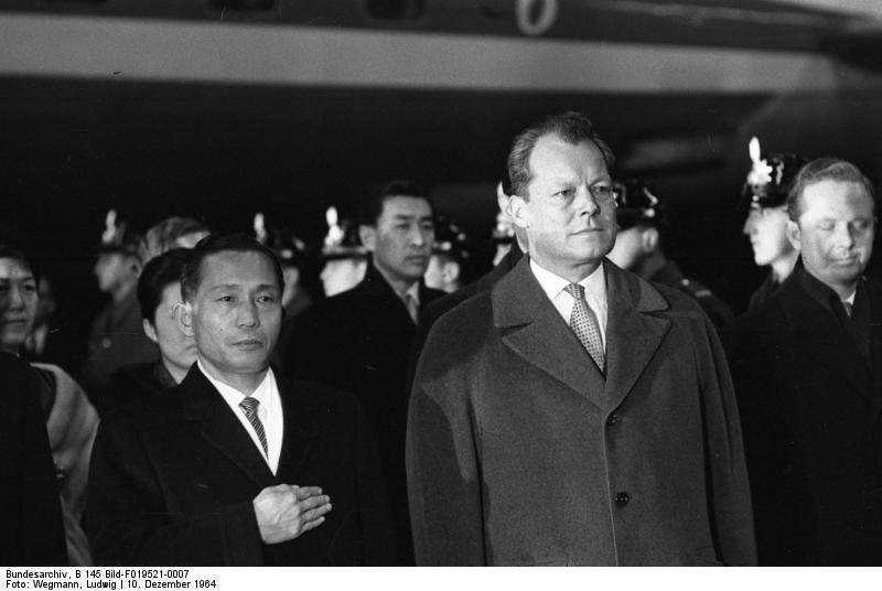 1964年朴正熙造訪西德,與當時西德總理威利·布蘭特合照。(wikipedia/public domain)