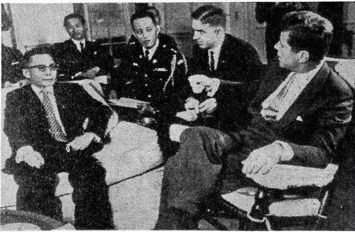 朴正熙(左)與當時的美國總統甘迺迪(右)。(wikipedia/public domain)