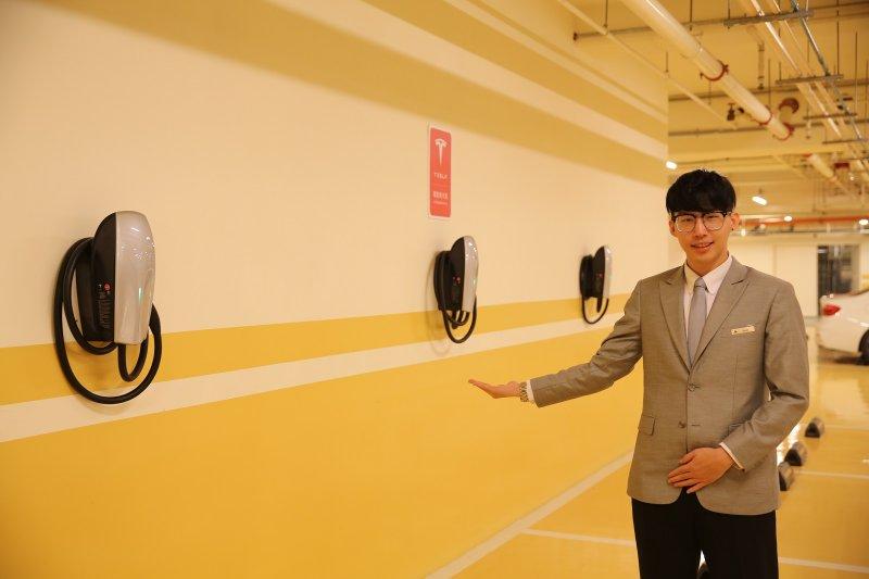 台北萬豪酒店地下二樓停車場,共有六座特斯拉充電站。(圖/台北萬豪酒店提供)