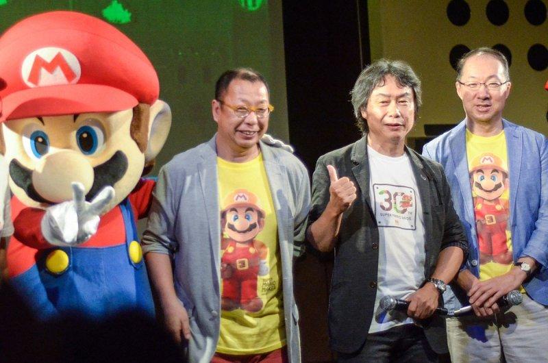 宮本茂(右二)與他創造出的經典電玩人物「瑪利歐」(Nico Hofmann @wikipedia/CC BY-SA 4.0)