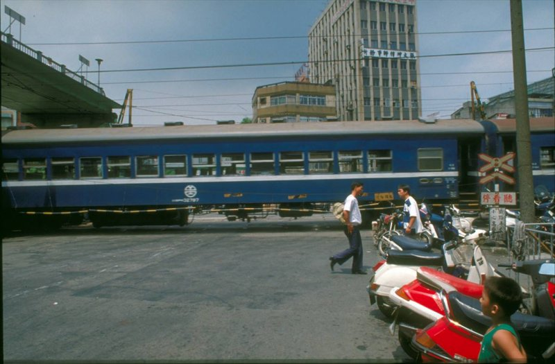1989年,火車中華路與洛陽街口的平交道。(圖/張哲生提供)