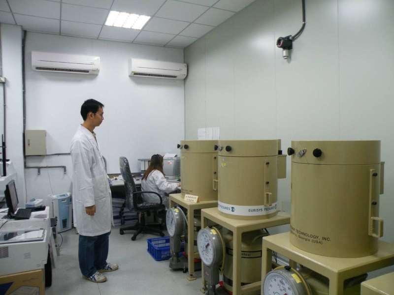 20161117-SMG0045-007-天如專題-福島核災發生後,原能會核能研究所即接受衛福部委託,每日以最先進的加馬能譜檢測儀,針對災區以外八大類食品,進行輻射逐批抽驗。(原能會核研所提供)