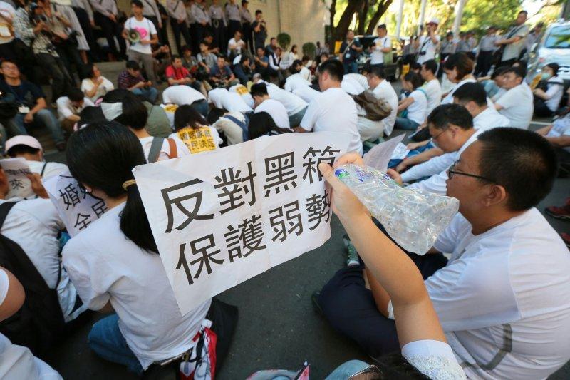 反同性婚姻團體突破警方封鎖線衝進立法院,在外面靜坐禱告。(顏麟宇攝)
